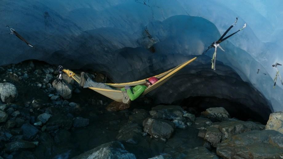 Una siesta en el refugio Hielo Azul de cara al glaciar.