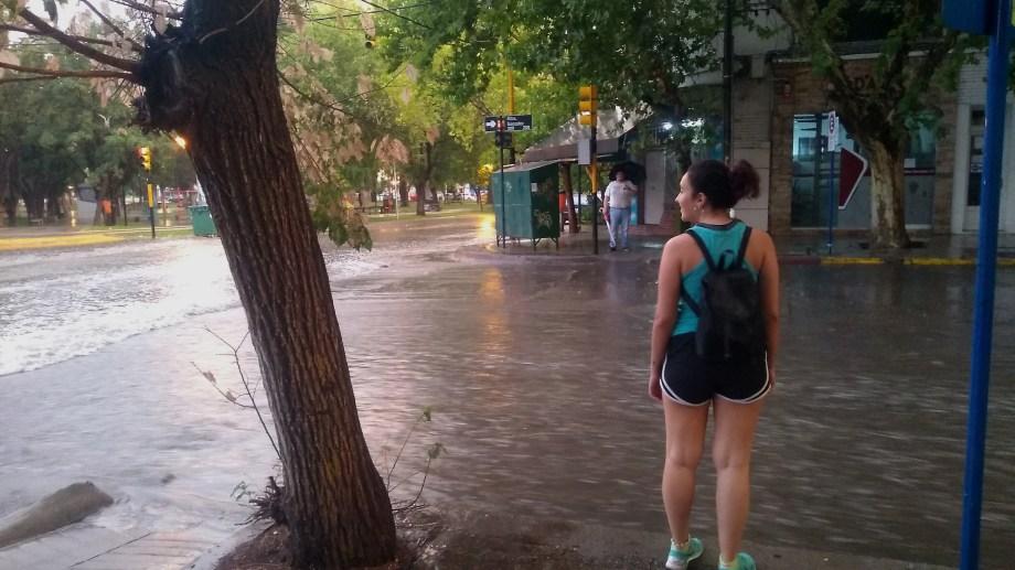 La intersección de Ministro González y Córdoba se transformó en un caudaloso río. Foto: Gentileza