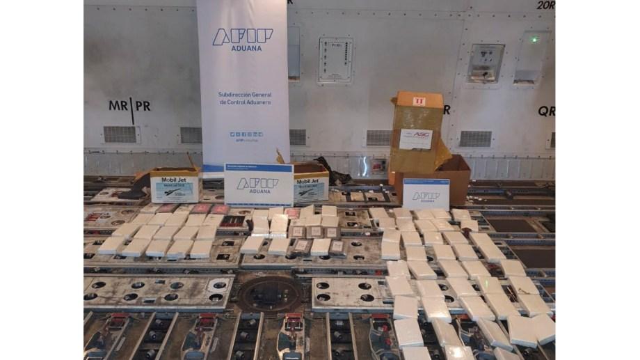 Al menos 84 kilos de cocaína fueron secuestrados en el interior de la bodega de un avión de la empresa KLM Cargo que estaba a punto de despegar - Foto: Agencia Télam.