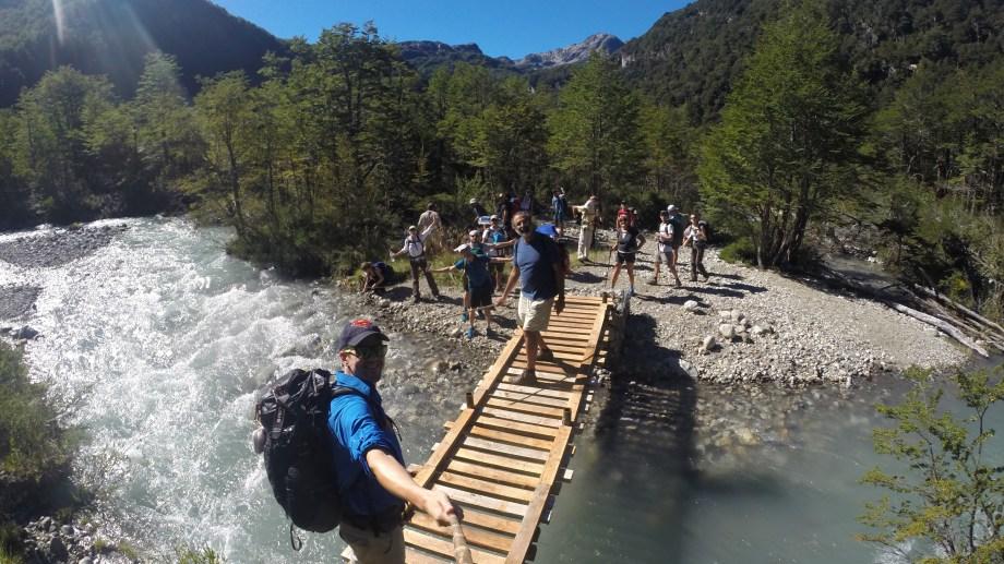 Cruzando el puente peatoal del rio Alerce en el trekking por el sendero Paso de las Nubes. Foto: Campa Club