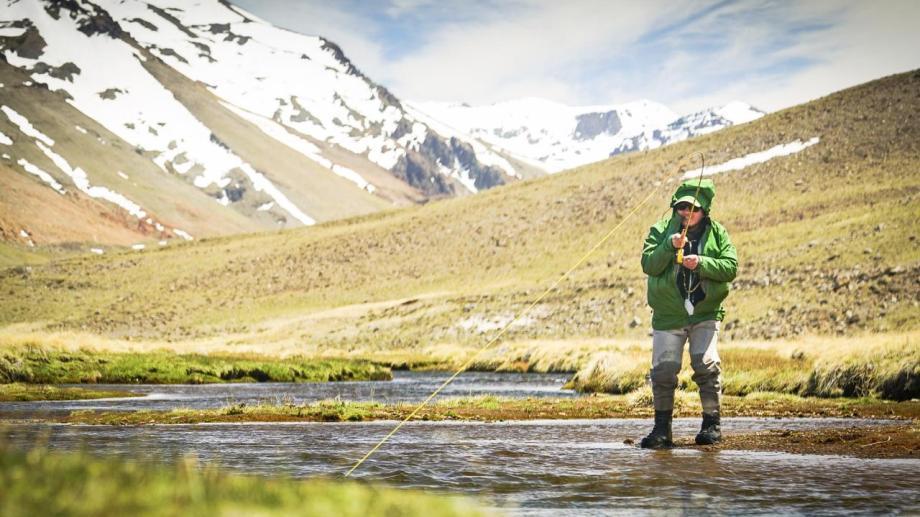 Victor @puyen_journey trabajando para sacar la marrón en la pinta de su sedal a mil metros de la desembocadura a la laguna Varvarco Campos. Los sorprendió los espectaculares escenarios que ofrecen los arroyos y lagunas del norte neuquino. Fotos de Fer Natalucci.