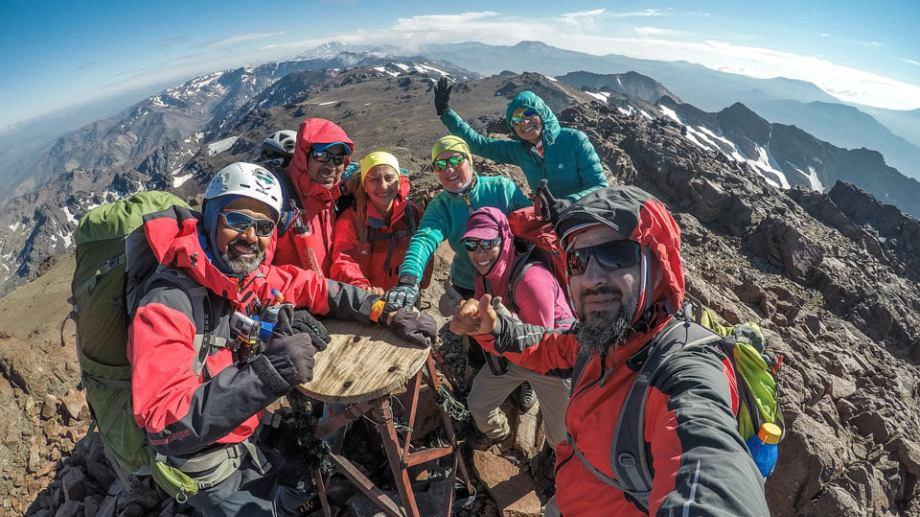 Desde la cumbre se visualiza el volcán Tromen, las lagunas de Epulafquen, el Domuyo y la cordillera de los Andes.