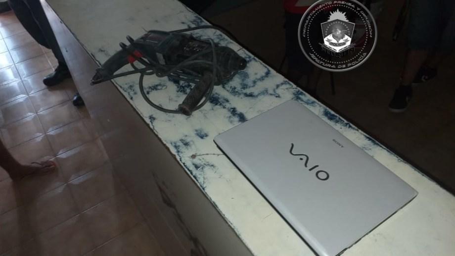 La computadora portátil y el taladro que fueron sustraídos.  Foto: Prensa Policía.