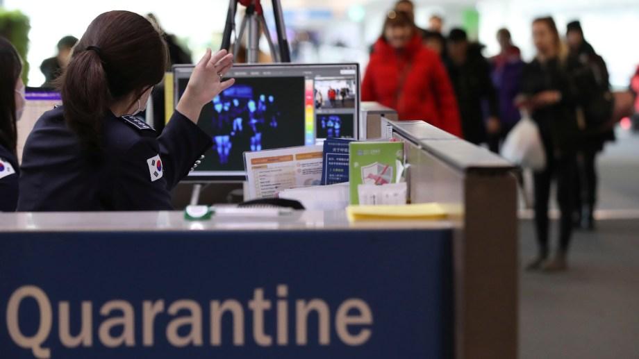 En los aeropuertos de China se instalaron scanners corporales para medir la actividad del virus. (Foto AP)