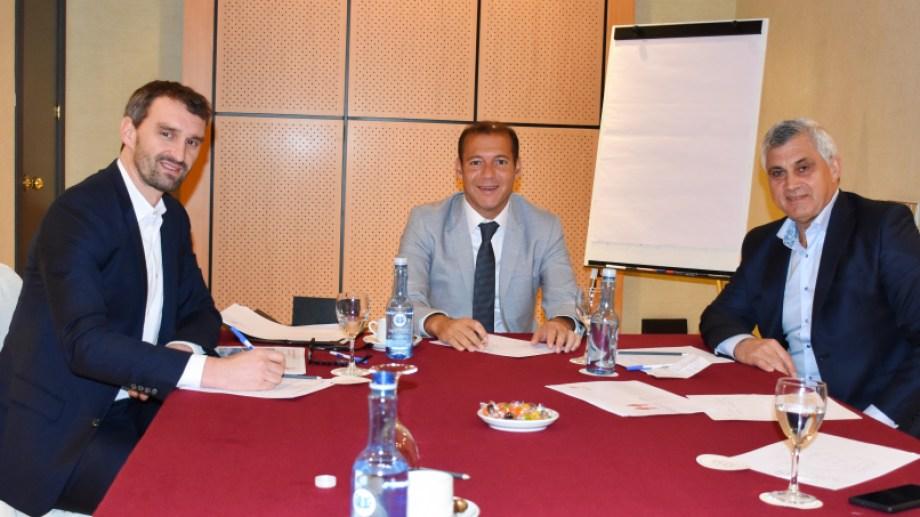 El gobernador aprovechó el viaje a España para reunirse con tres de las principales petroleras europeas que tienen desarrollos en Vaca Muerta.