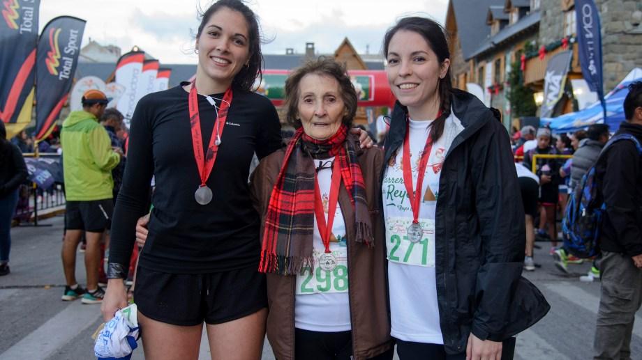 La abuela Raquel Ardaiz corrió en Bariloche una carrera de 5.000 metros junto a sus nietas. Foto: Marcelo Martinez