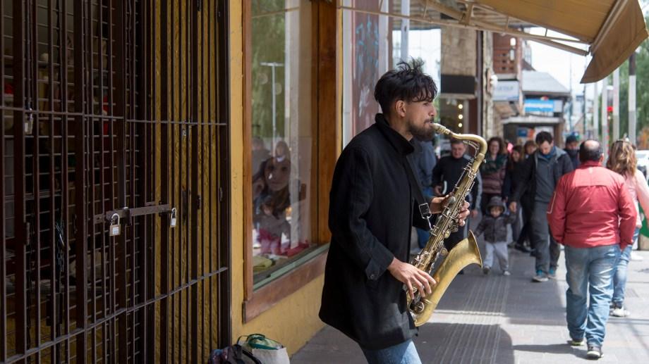 Marcelo Arquiel, de Mar del Plata, prefiere el jazz y los clásicos. Ahora toca en la calle Mitre. Foto: Marcelo Martínez
