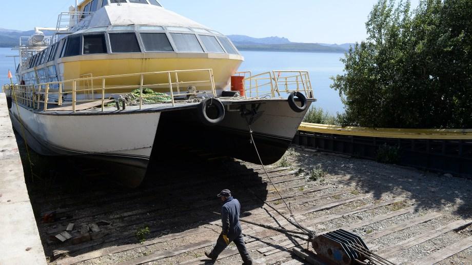 El catamarán El  Cóndor  que estuvo años varado en el puerto San Carlos, se prepara para salir hacia El Calafate. Foto: Alfredo Leiva