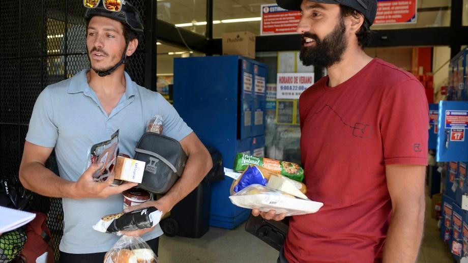 David  y Sebastián, dos amigos que abaratan costos de las vacaciones comprando en el supermercado la comida. Foto: Alfredo Leiva