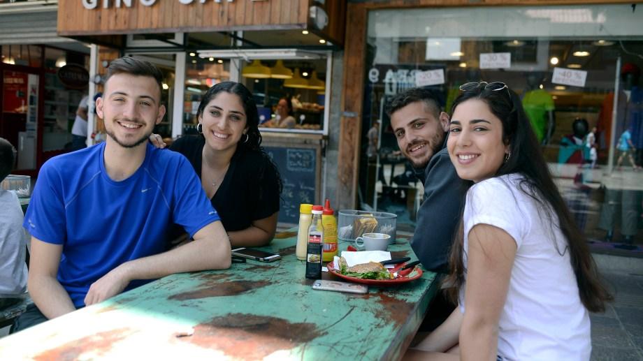 Cuatro amigos llegados desde Tel Aviv disfrutan de su almuerzo en un Café.  Los israelíes copan Bariloche durante el Verano. Foto: Alfredo Leiva