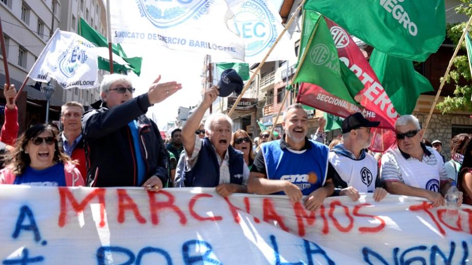 Unidos, dirigentes de la CGT Zona Andina y la CTA Autónoma, encabezaron la primera marcha gremial del 2020. Foto: Alfredo Leiva