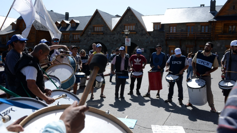 Distintos sindicatos de Bariloche, del ámbito estatal y privado, se manifestaron en el Centro Cívico. Foto: Alfredo Leiva