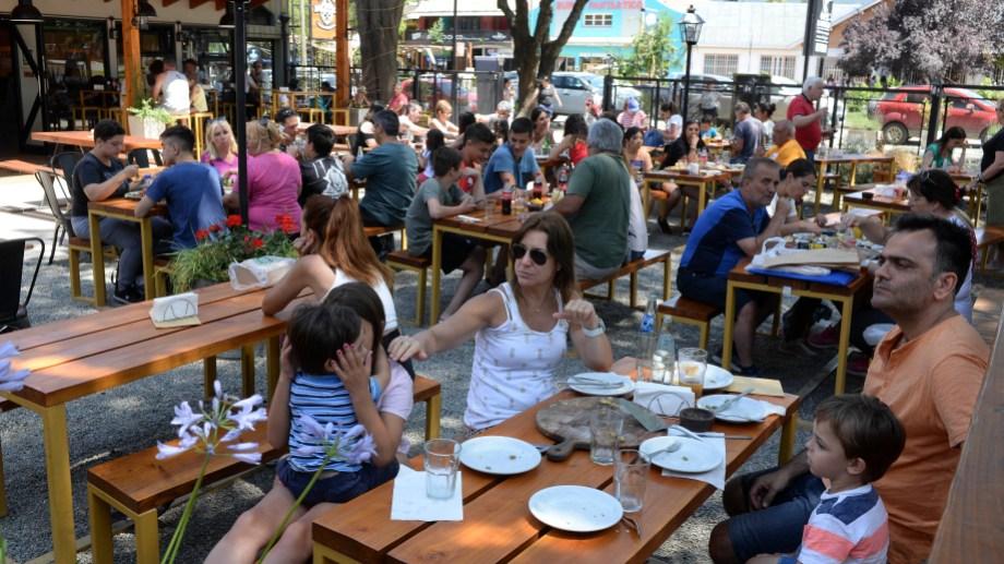Creció el flujo de turistas en enero en El Bolsón  y aumentó el promedio de estadía, que ahora asciende de 5 a 6 días. Foto: Alfredo Leiva