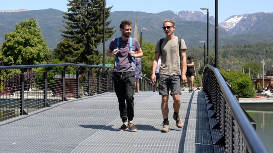 El puente en la plaza Pagano fue parte de la total renovación del emblemático espacio verde.