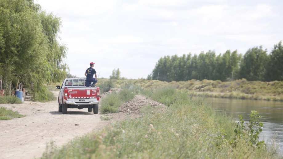 Bomberos de Cipolletti buscan a un joven que desapareció en el canal grande de Cordero. Foto: Juan Thomes