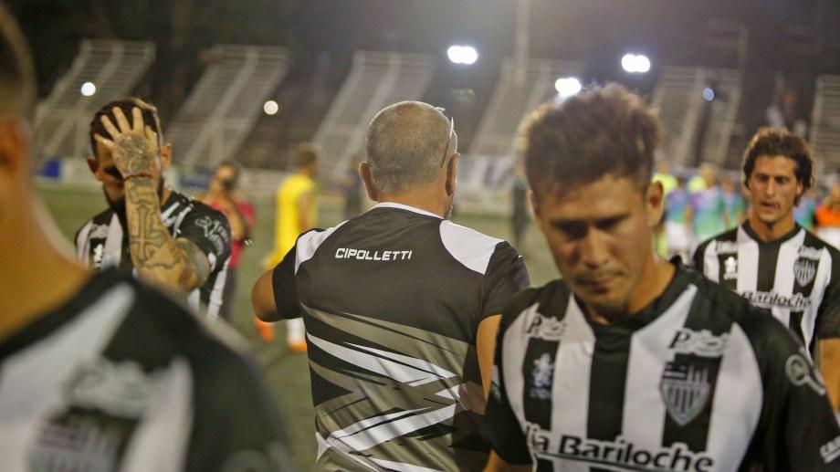 Coronel consuela a sus futbolistas mientras se van calientes tras una nueva igualdad. (Foto: Juan Thomes)