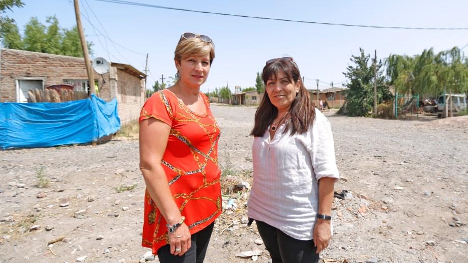 Viviana Pereira comenzó como empleada municipal en 1981. Patricia Fernández ingresó en 2000. Foto Juan Thomes.