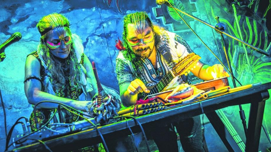 """Andrea Feiguin y Dany Riaño, integran el dúo de """"música electrónica chamánica"""" Desierto y Agua."""