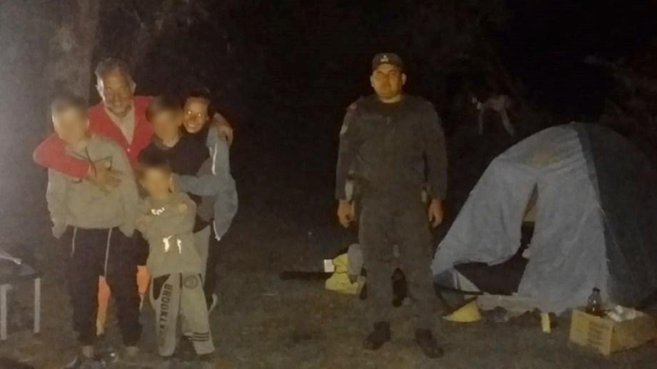 Un gendarmer junto a la carpa y la familia que era buscada en el lago Hess. Gentileza