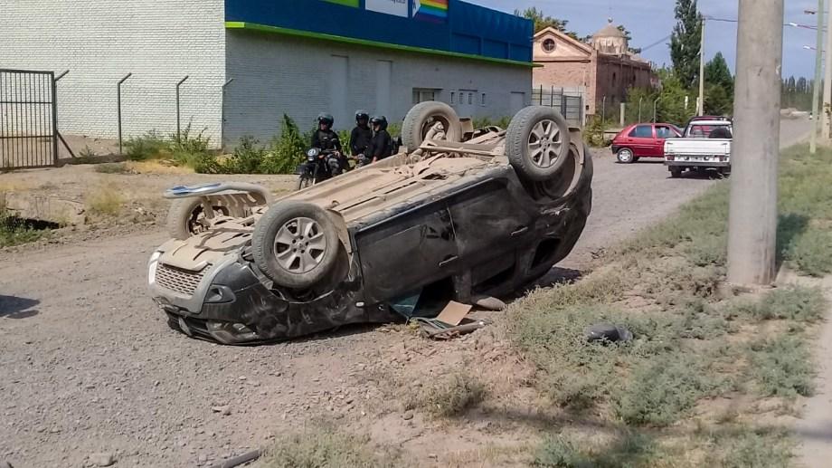 Persiguieron a dos ladrones  y volcaron en el centro cipoleño. (Foto gentileza)