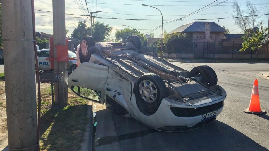 Cipolletti: taxista volcó mientras llevaba a un pasajero. (Foto gentileza)