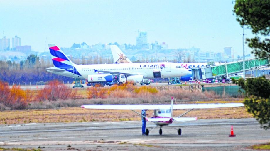 La Aeronáutica Neuquén  tiene sus hangares en el aeropuerto Preisdente Perón de la capital neuquina. Foto: Archivo Mauro Pérez