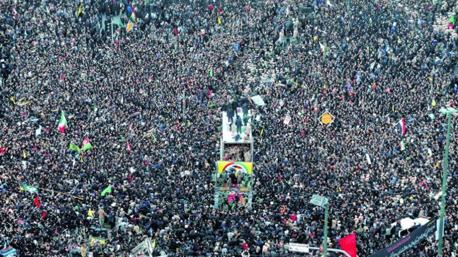 Marea humana.  Cientos de miles de personas salieron a las calles en Ahvaz ayer, en el primero de los tres días de homenaje nacional al general iraní Qasem Soleimani. Foto: Agencia AP.-
