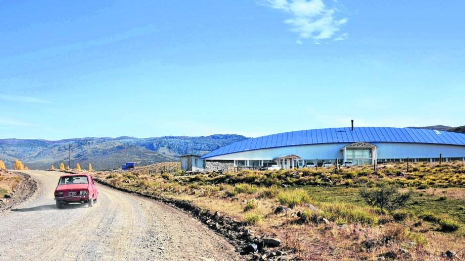 El edificio con forma de medialuna se ubica sobre la ruta 18, a unos 13 kilómetros de Aluminé. (Archivo)