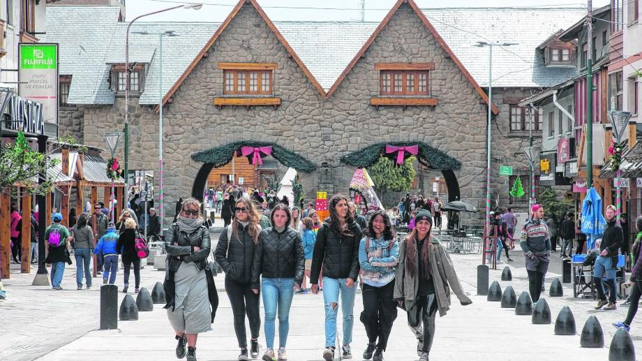 Los turistas quedan varados porque los colectivos circulan llenos y el municipio busca alternativas. Archivo