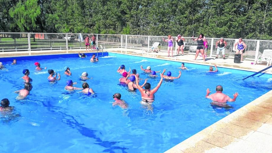 Gimnasia, una de las opciones para llevar a cabo en el agua de la pileta del gremio Sthimpra.