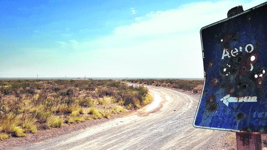 En la estepa rionegrina. El camino desolado conduce a la zona donde se estudiará la calidad del viento.