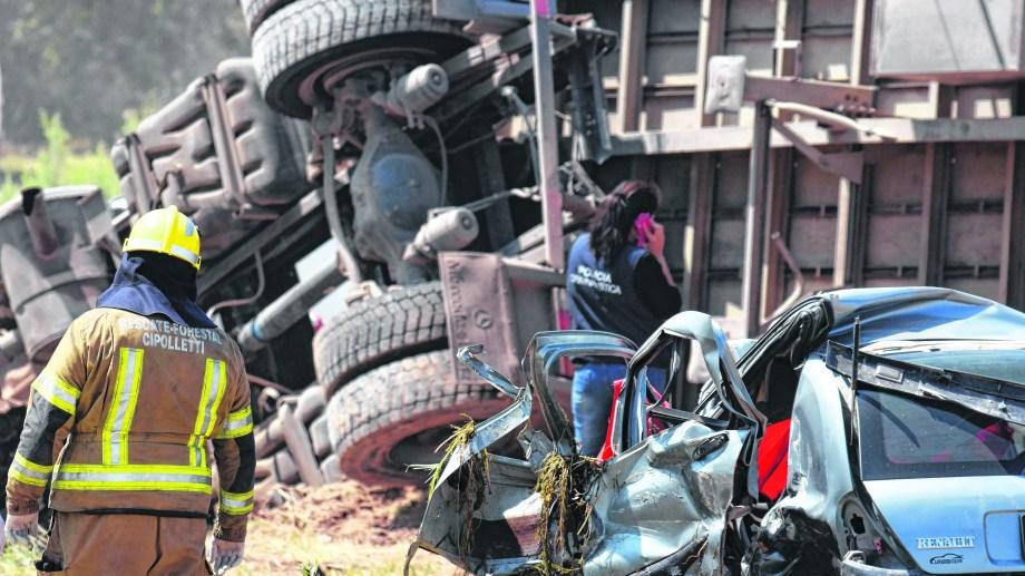 Tragedia. El viernes, el conductor de un Clio falleció en un accidente cerca de Cinco Saltos. Al día siguiente murió su acompañante.