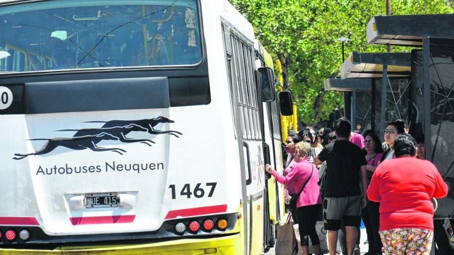 Se levantó el paro y los colectivos ya están andando nuevamente en Neuquén. (Foto Archivo: Florencia Saltos).