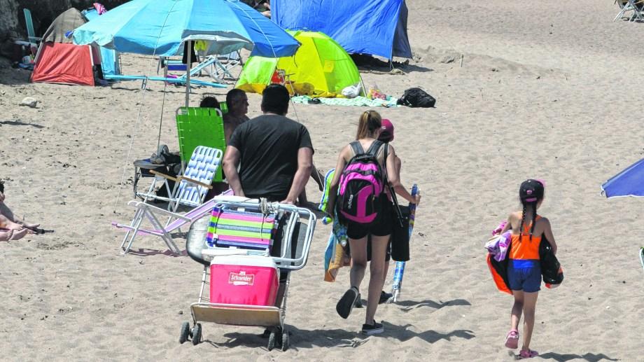 Llevar provisiones y el equipamiento propio para disfrutar en la arena puede ayudar a reducir los valores en esta temporada. (Foto: Martín Brunella)