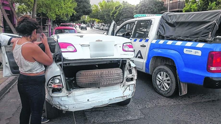 Una pareja fue detenida in fraganti en pleno centro durante la tarde del martes pasado. Atacaron una moderna camioneta.  (Gentileza).-