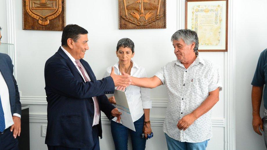 José Rioseco, intendente de Cutral Co, firmó un acuerdo con Sergio Valenzuela, secretario General de ATE Cutral Co. Foto Prensa Municipalidad de Cutral Co