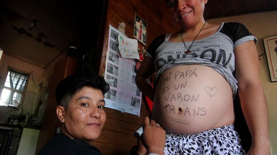 La familia en su casa del barrio Confluencia de Neuquén. Foto Oscar Livera.