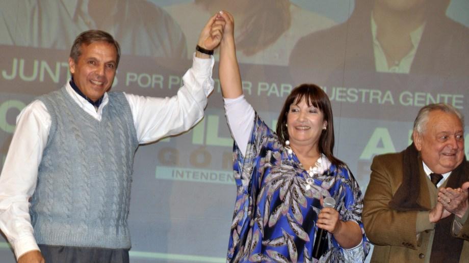 Jorge Sapag, Pilar Gómez y Pedro Salvatori durante un cierre de campaña. Foto: Archivo Yamil Regules.