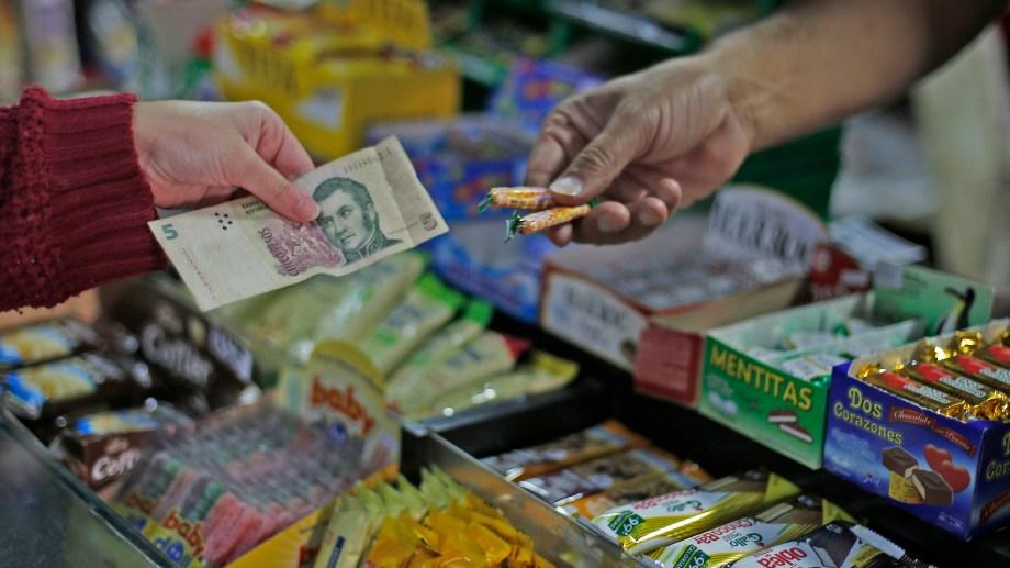 Los comercios están obligados a seguir aceptando los billetes de cinco pesos, hasta que salgan de circulación. ( Juan Thomes).-