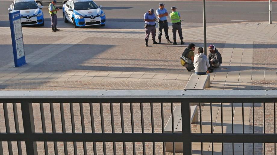 Rubén Sánchez se encadenó fuera de la Ciudad Judicial, tras que la justicia le otorgara prisión preventiva a los atacantes de su hermano Pablo. (Foto: Juan Thomes)
