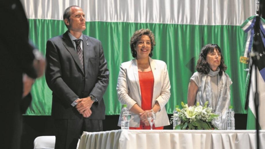 Palmieri, Carreras y Zaratiegui. La gobernadora defendió el criterio aplicado por el Ejecutivo.