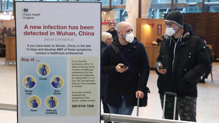En el aeropuerto de Heathrow, en Londres, anuncian los riesgos del Coronavirus. (Foto AP)