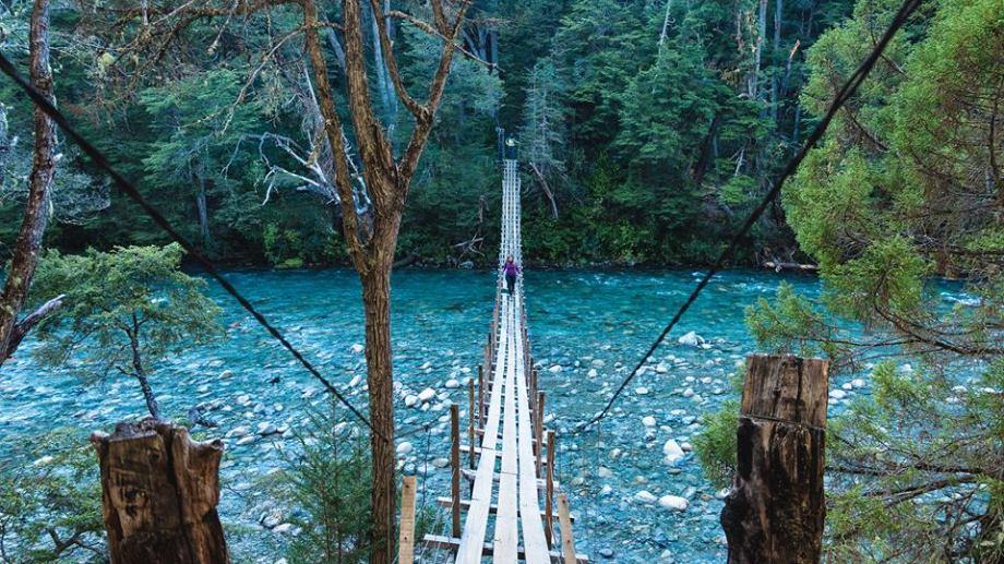 El puente colgante en el río Azul en la Comarca Andina. Foto: Turismo El Bolsón.