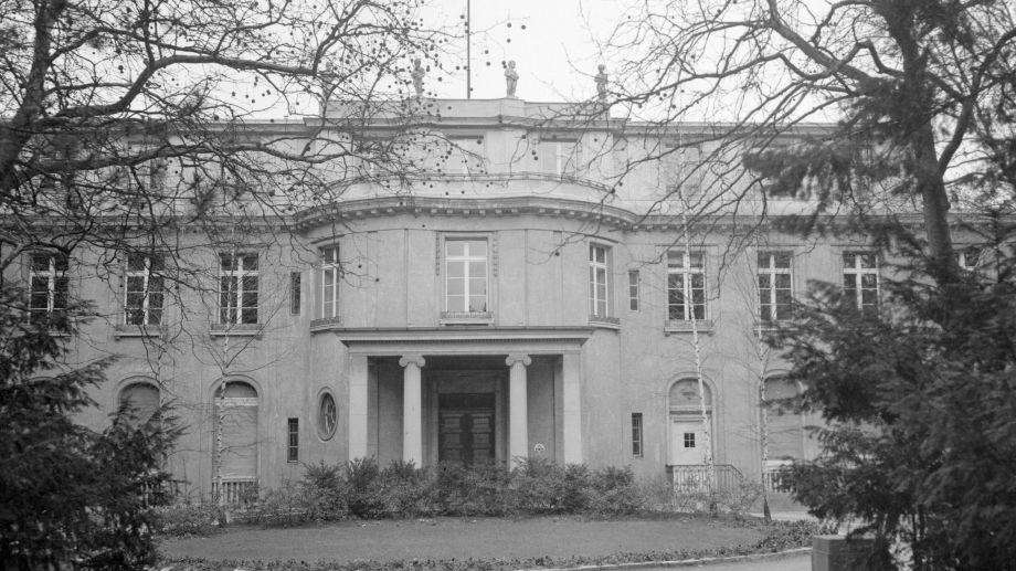 El 20 de enero de 1942, en Wannsee, cerca de Berlín, quince altos funcionarios del Partido Nazi y la administración alemana ratificaron la deportación de judíos de Europa occidental.