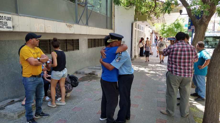 Los familiares de Luis Nahuelcar manifestaron su malestar en las puertas del Policlínico. (Foto: Gentileza.-)