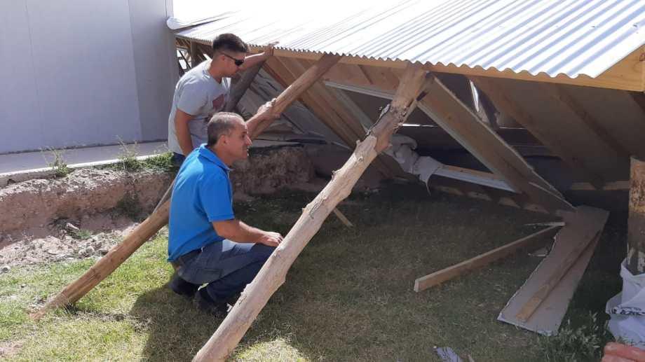 El viento derrumbó una casa prefabricada. En total hubo 270 asistencias. (Foto: Gentileza.-)