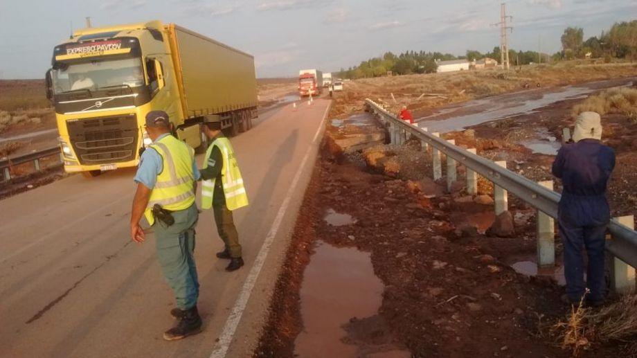 Alrededor de las 20:30 hs liberaron ruta 237, km 1300 en  Villa El Chocón.  Foto: Oscar Livera.