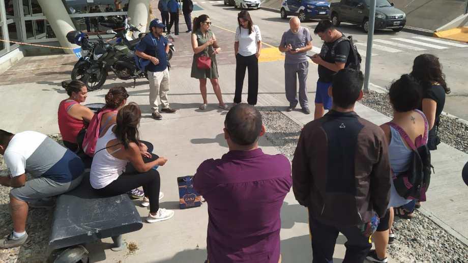 Esta mañana, las diputadas Saluburu, Gutiérrez y el diputado Blanco acompañaron a los trabajadores del hospital de Plottier. (Gentileza).-