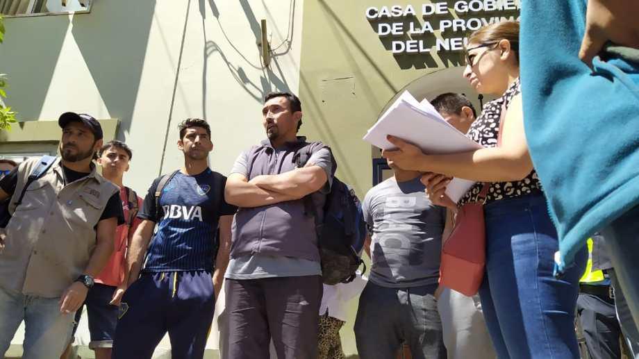 Los diputados, junto a los 23 trabajadores, fueron a la Casa de Gobierno a pedir la intervención de Gutiérrez. (Gentileza).-