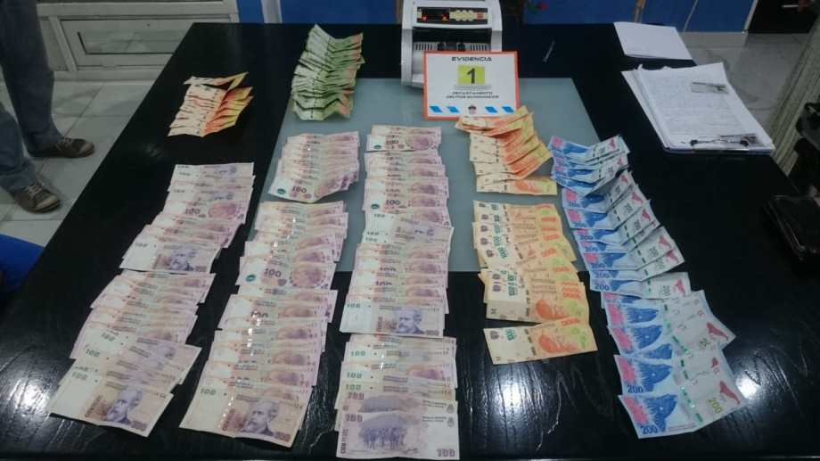 El hombre entregó 20.000 doláres y 73.000 pesos argentinos. (Gentileza).-